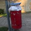 """La """"foto del giorno"""": cestini stracolmi di rifiuti nell'area del Castello"""