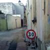 """La """"foto del giorno"""": limite di velocità su via De André (strada con divieto di transito)"""