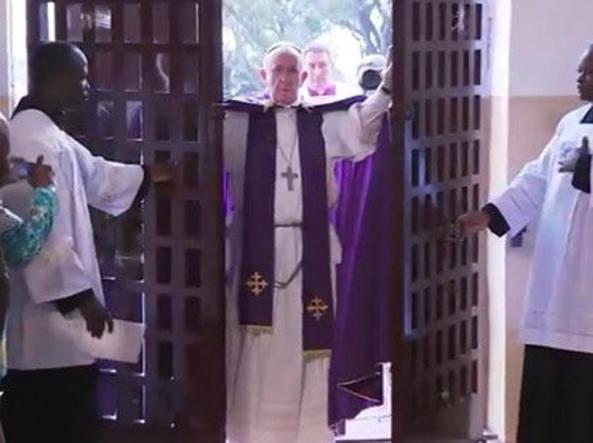 Francesco apre la Porta Santa della Cattedrale di Bangui nel Centrafrica