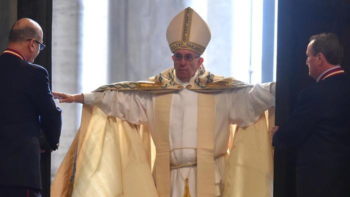 Francesco apre la Porta Santa della Basilica di San Pietro