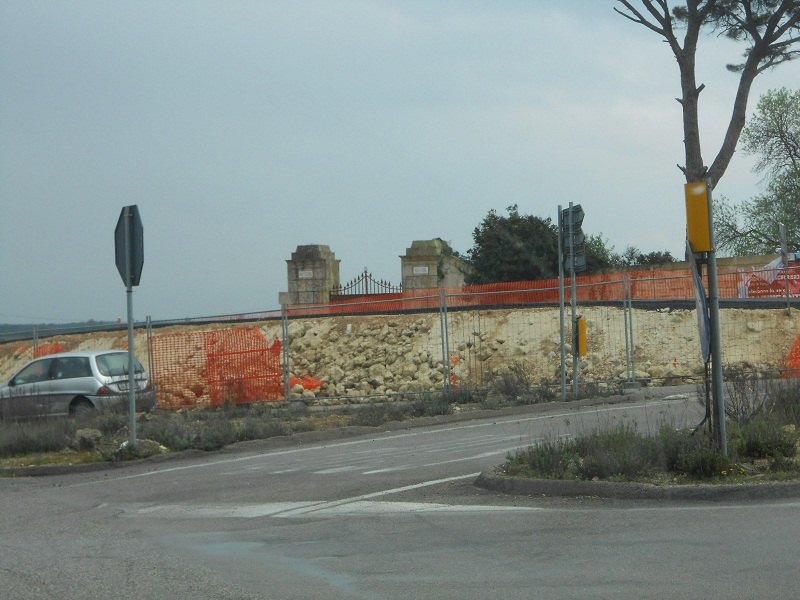 Il portale della Masseria occluso dalle opere abusive, poi smantellate