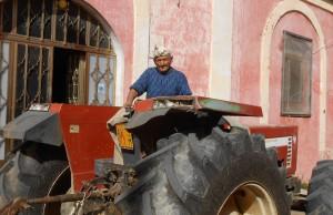 Paolo con il suo immancabile trattore vicino alla sua abitazione