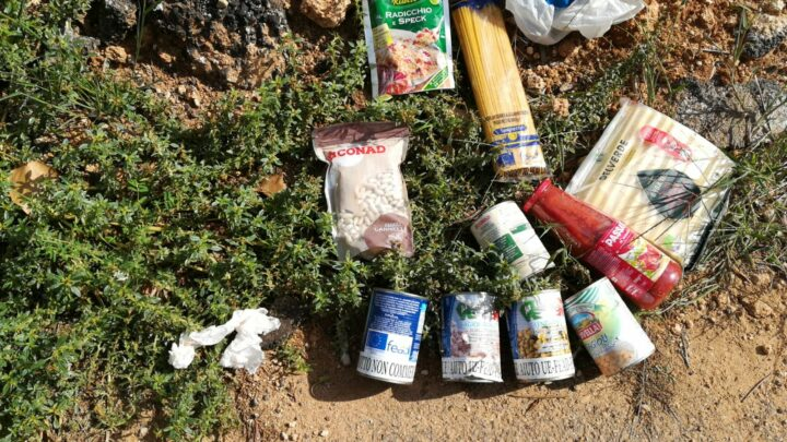 """La """"foto del giorno"""": generi alimentari abbandonati sul ciglio di una strada, """"uno schiaffo alla povertà"""""""