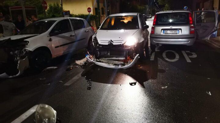 Spettacolare incidente su via Roma/incrocio via Pascoli: coinvolte e gravemente danneggiate tre auto